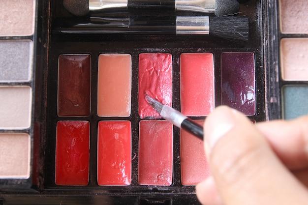 Lápiz labial colorido en paleta