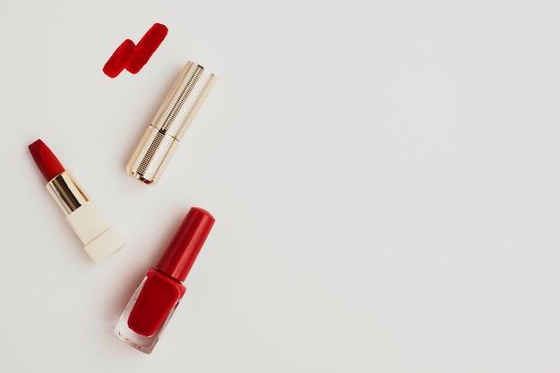 Lápiz labial rojo plano con espacio de copia