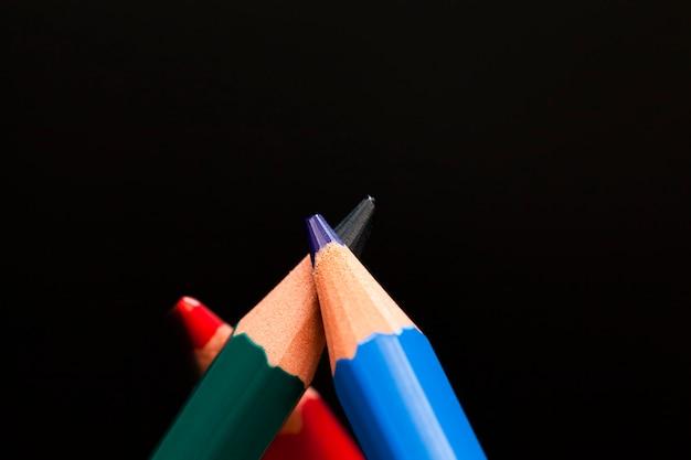 Lápiz de madera de colores ordinarios con mina suave de diferentes colores para dibujar y creatividad.