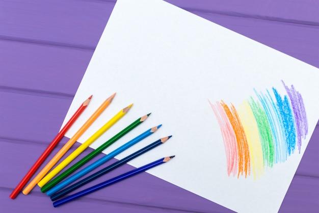 Lápiz multicolor con papel blanco en blanco.