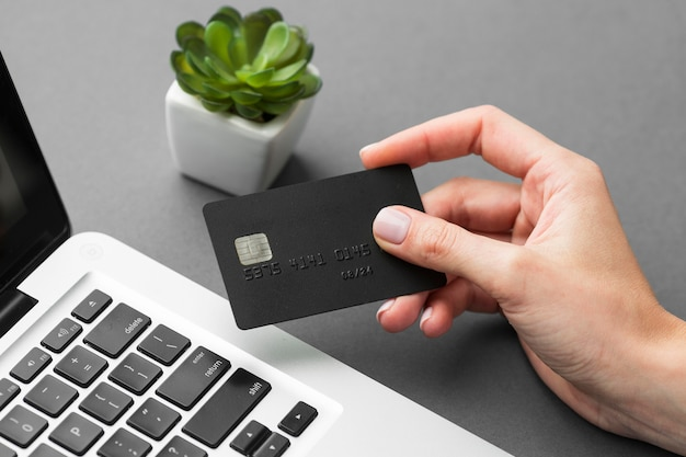 Laptop de alta vista y tarjeta de compras negra