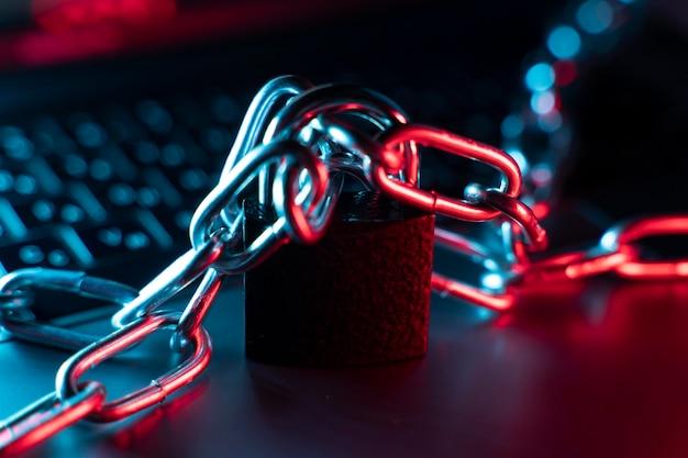 Laptop con arreglo de candado y cadena
