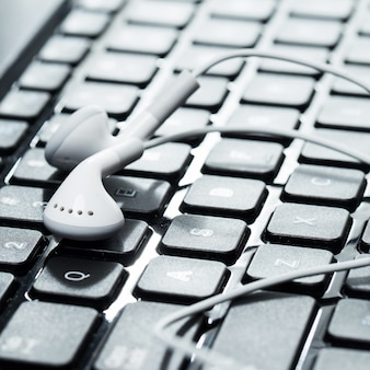 Laptop con auriculares