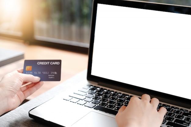 Laptop en blanco para maqueta con pago de dinero con tarjeta de crédito