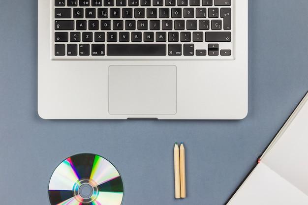 Laptop con cd en mesa