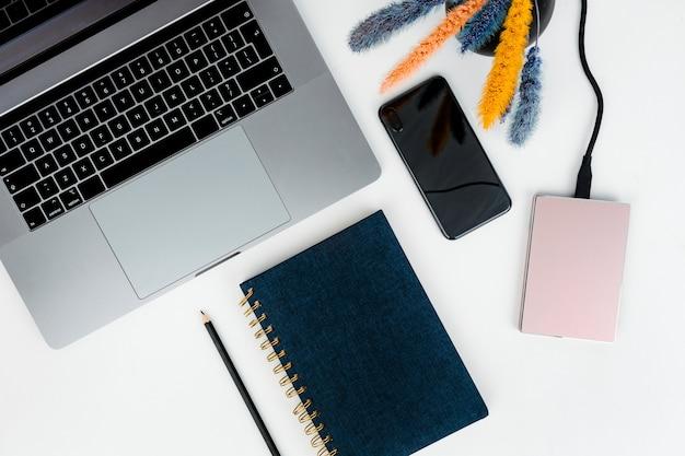 Laptop con disco duro y notebook.