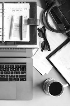 Laptop en un escritorio desordenado