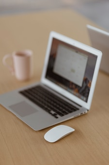 Laptop en un escritorio de madera