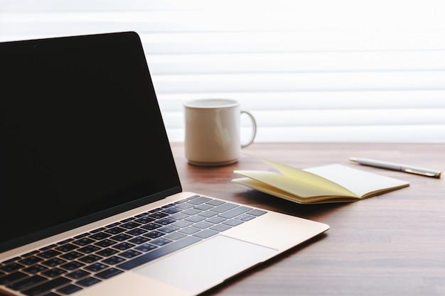 Laptop en escritorio de oficina