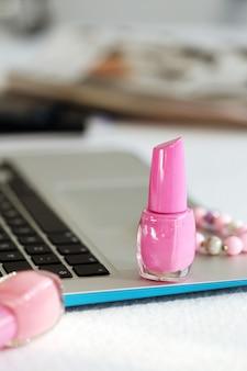 Laptop y esmalte de uñas