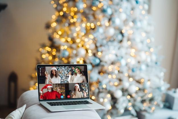 Laptop con gente en la pantalla