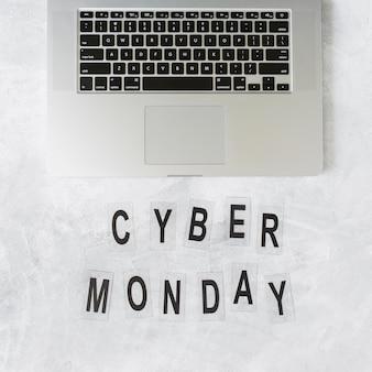Laptop con inscripción cyber monday