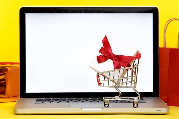 Laptop con pantalla blanca y regalos