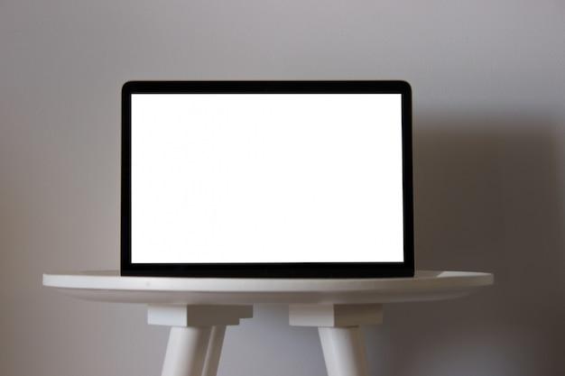 Laptop con pantalla en blanco