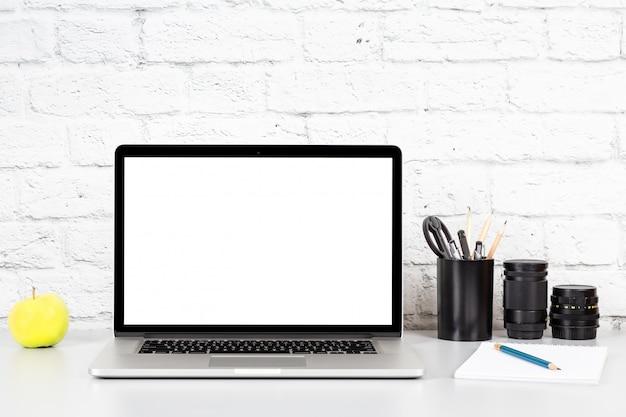 Laptop con pantalla vacía en mesa gris