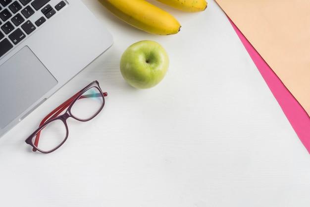 Laptop y sabrosas frutas