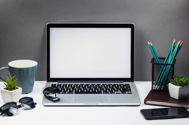 Laptop con smartphone en mesa