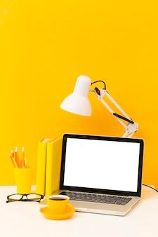 Laptop vacía y lámpara de escritorio