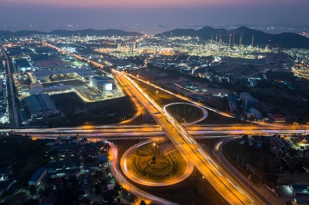 Larga exposición a la luz de la cabeza del dron en la vía libre y la carretera de circunvalación de intersecciones en la ciudad de noche