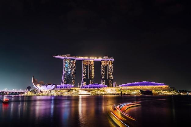 Larga exposición de marina bay en escena nocturna, singapur