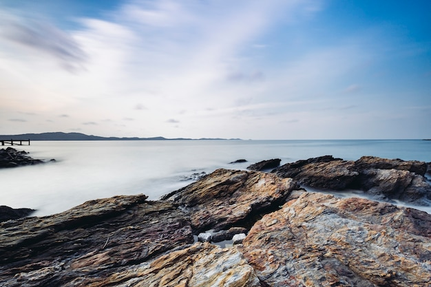 Larga exposición de roca y costa en el mar de tailandia