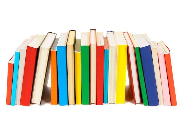 Larga fila de libros de colores