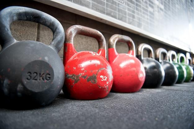 Larga fila de pesas rusas en un gimnasio