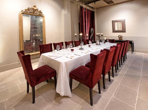 Larga mesa de comedor formal en un elegante restaurante.