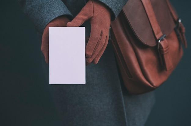 Larga pancarta con mock up de una caja blanca desde un teléfono inteligente.