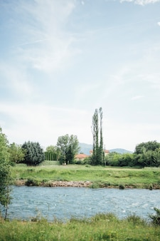 Larga travesía del río a través de tierras de cultivo