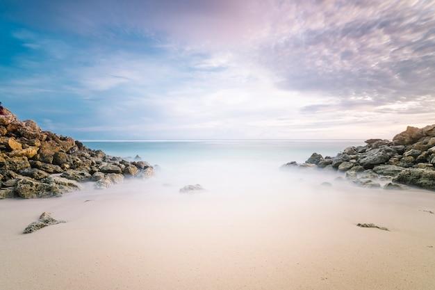 Largas exposiciones arena playa mar en crepúsculo