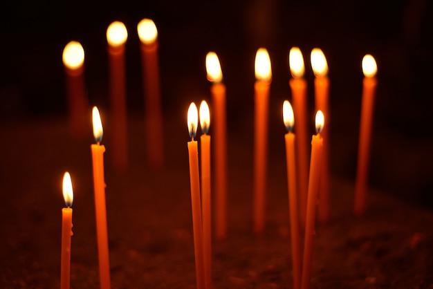 Largas velas encendidas