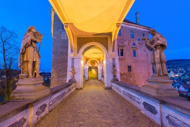 El largo corredor sobre el puente de la capa con estatuas, ubicado en el castillo de cesky krumlov, bohemia del sur en la república checa