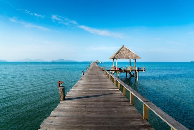 Largo puente de madera en la hermosa playa de la isla tropical