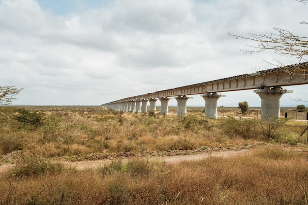 Largo puente sobre un desierto bajo el cielo nublado capturado en nairobi, kenia