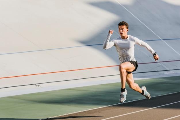 Largo tiro de atleta corriendo