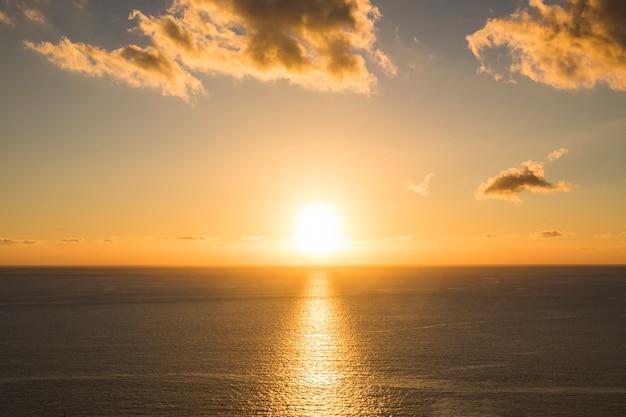Largo tiro puesta de sol en la playa