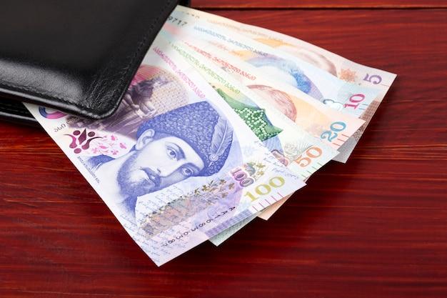 Lari georgiano en la billetera negra