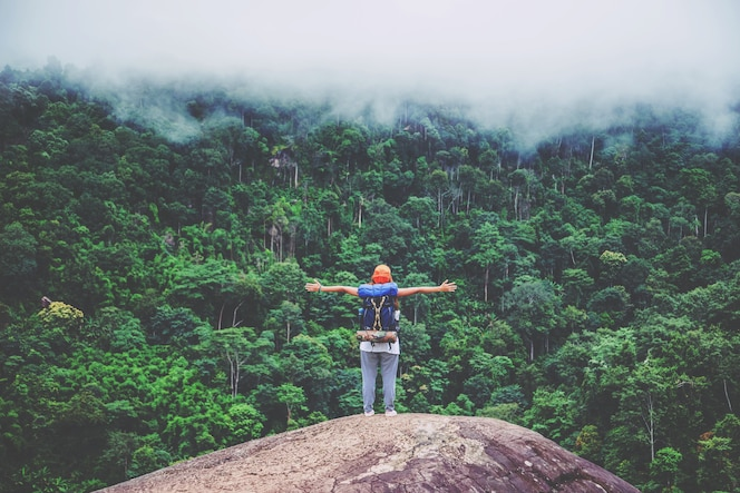 Las mujeres asiáticas viajan a relajarse en las vacaciones. parado en la montaña tailandia