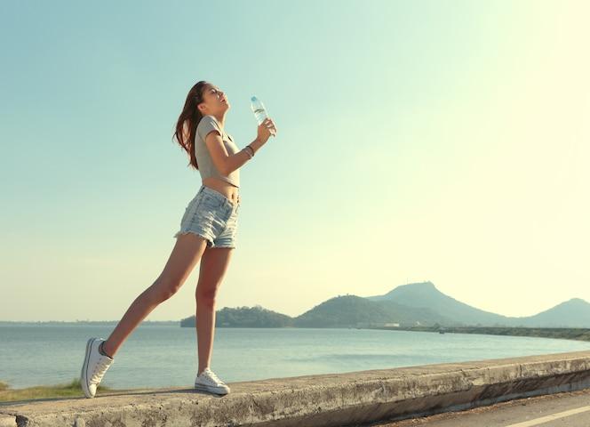 Las mujeres disfrutan de relajarse y beber agua.
