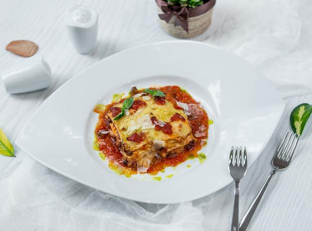 Lasaña clásica italiana en el plato