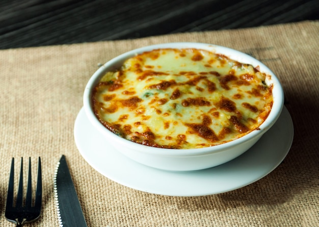 Lasaña de espinacas con queso estilo de comida italiana, lasaña vegetariana