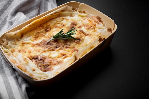 Lasaña italiana fresca y mantel en el mostrador de la cocina