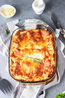 Lasaña italiana tradicional con carne picada, tomate y queso.