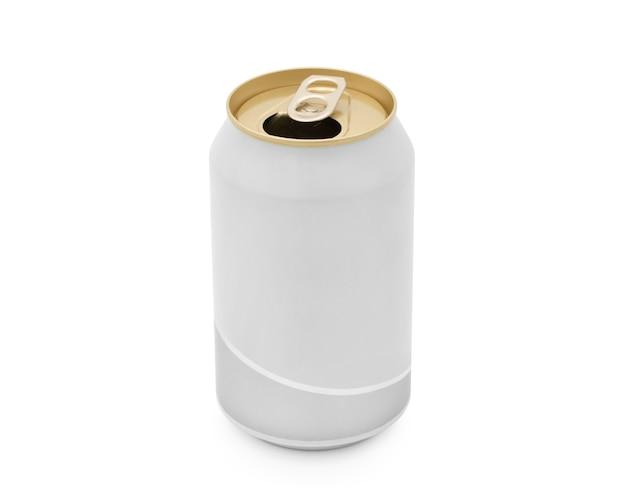 Lata de cerveza abierta aislada en el espacio en blanco. con trazado de recorte.