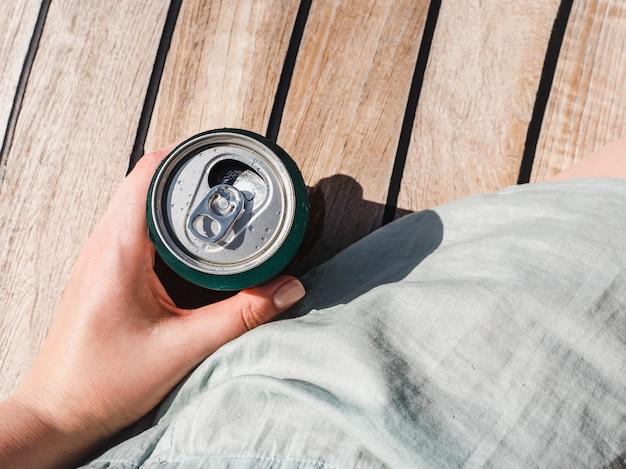 Lata de cerveza sobre un hermoso fondo.