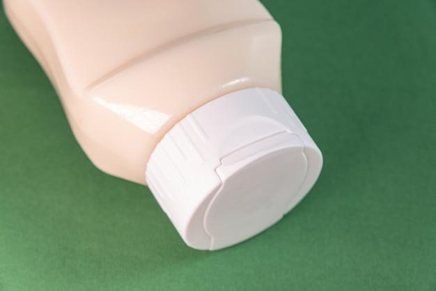 Lata de mayonesa en el fondo verde