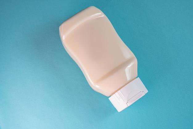 Lata de mayonesa en la superficie azul.