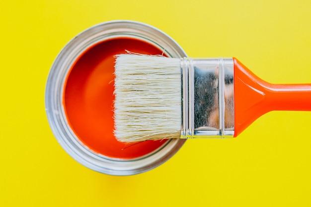 Lata de pintura con pincel para reparaciones aisladas