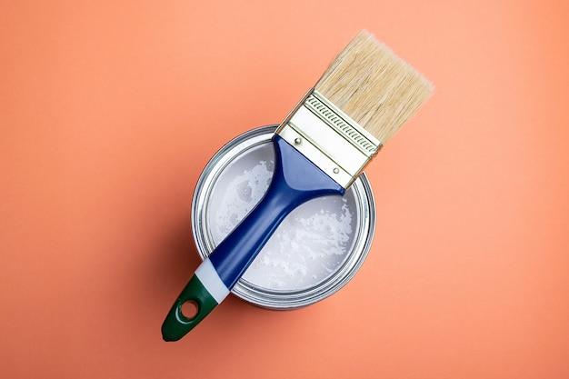 Lata de pintura sobre la que descansa un pincel